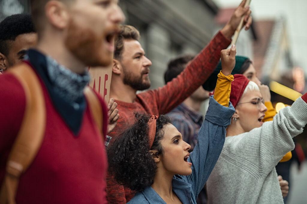 Frauen und Männer demonstrieren gemeinsam gegen den Klimawandel.