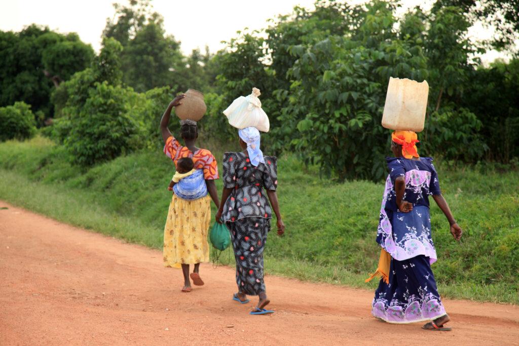 Frauen holen Wasser.